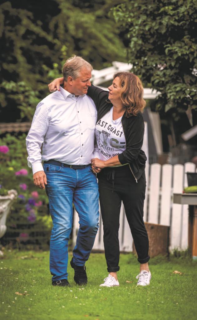 Een kapster en politicus op een kussen